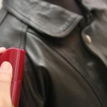 Смягчить кожу куртки можно, распылив на нее касторовое масло
