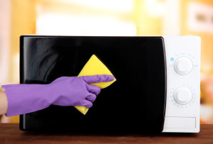 Как быстро отмыть микроволновку за 5 минут