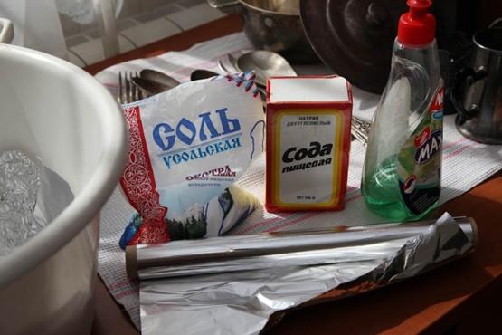 Картинки по запросу Пищевая сода и поваренная сольдля  ложки и вилки из нержавейки в домашних условиях?