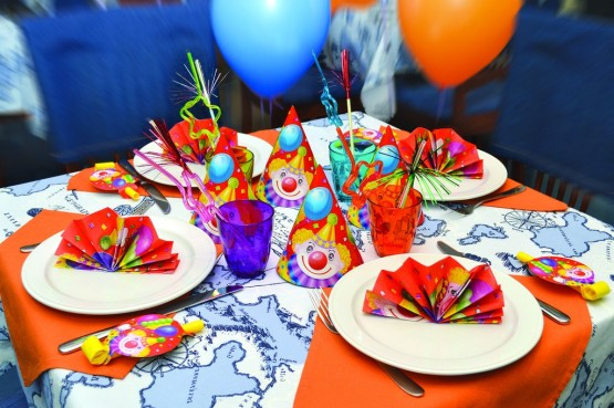 Яркий стол с колпаками для детей
